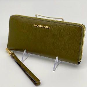 Michael Kors Continental Wallet Wristlet D…